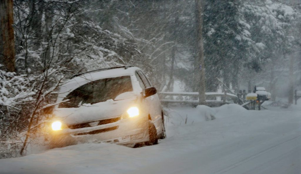 ขับขี่รถยนต์บนพื้นหิมะ